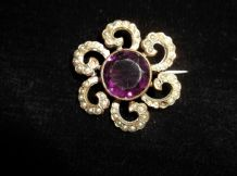 ANTIQUE GOLD TONE BROOCH LARGE CENTRAL AMETHYST SURROUNDED BY SEED PEARLS